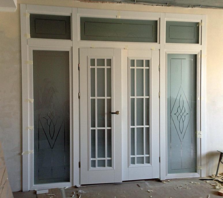 фото белая распашная двустворчатая дверь
