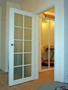 белая дверь в гостиную