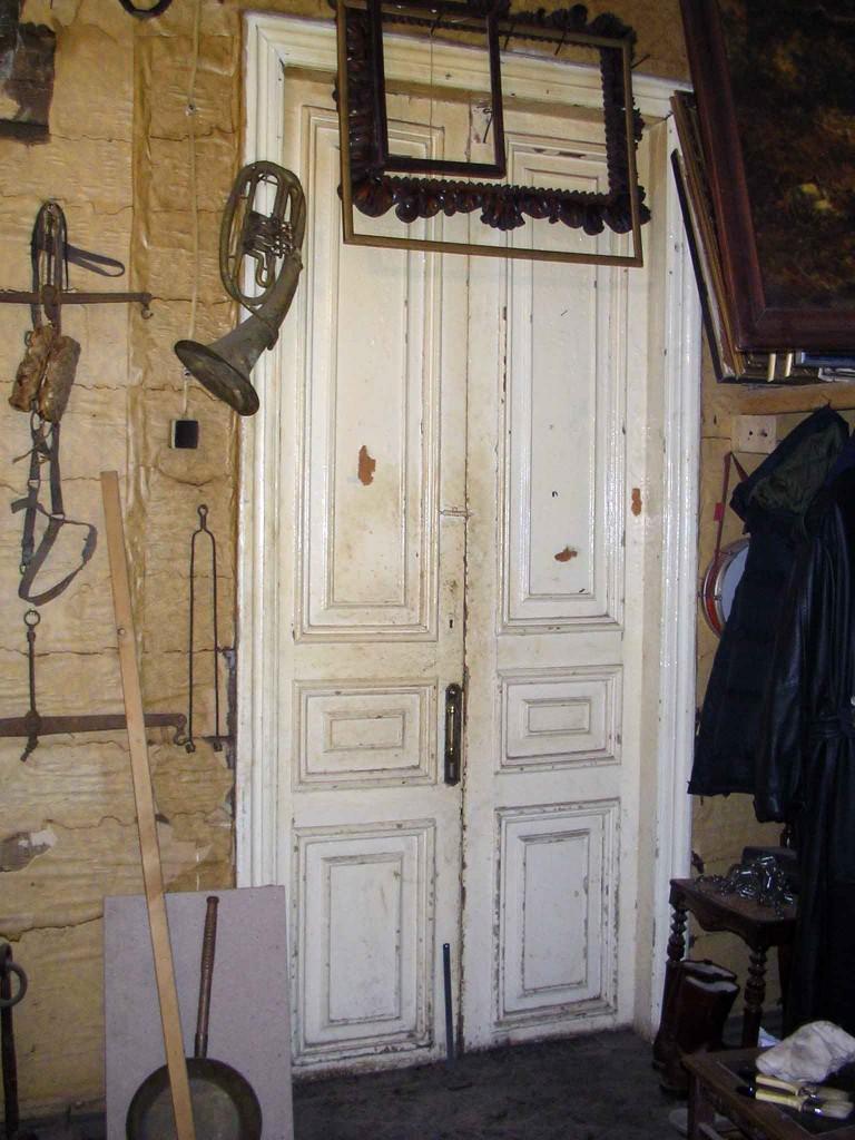 белая межкомнатная деревянная дверь