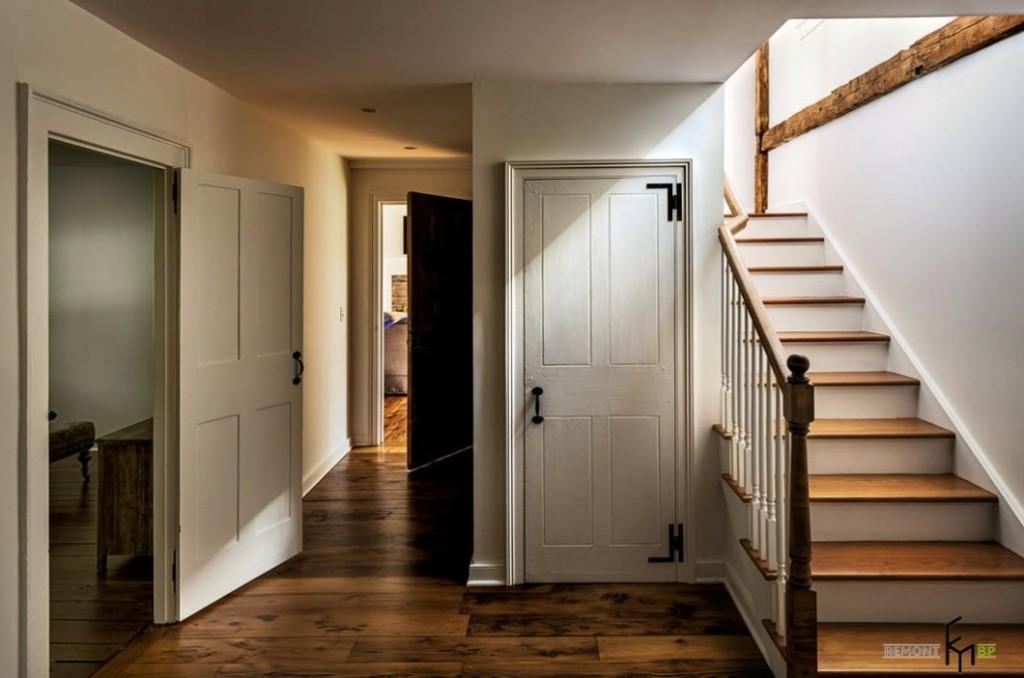 контрасное сочетание пола и двери