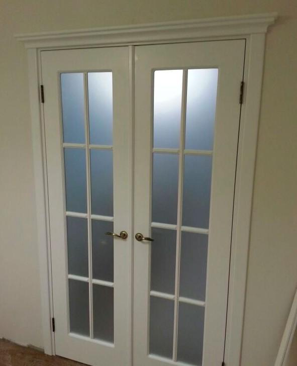 двери в гостиную белые