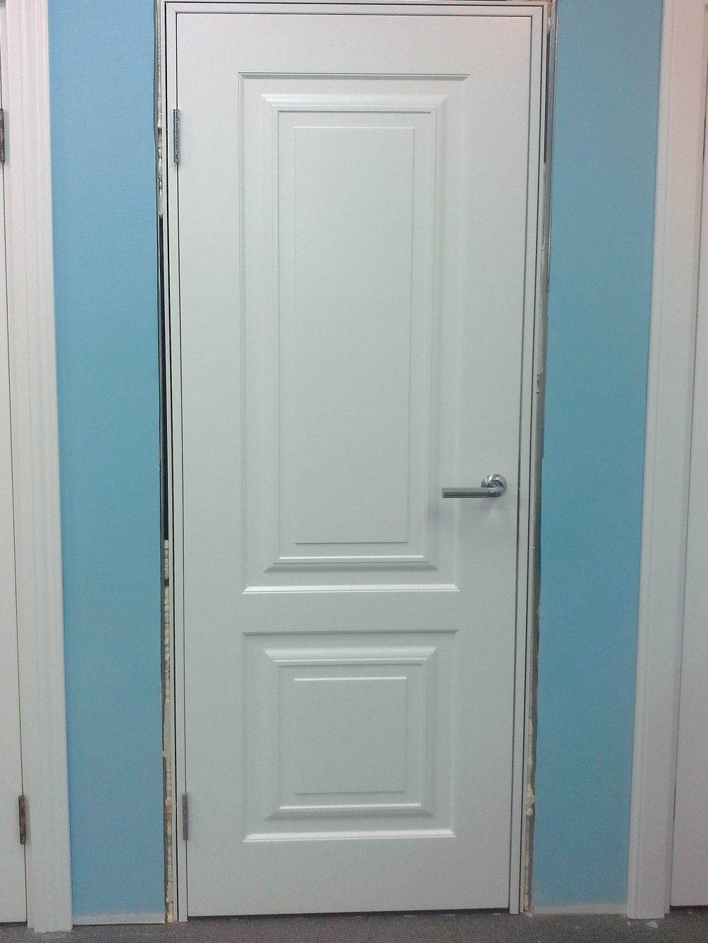 белая дверь в процессе установки