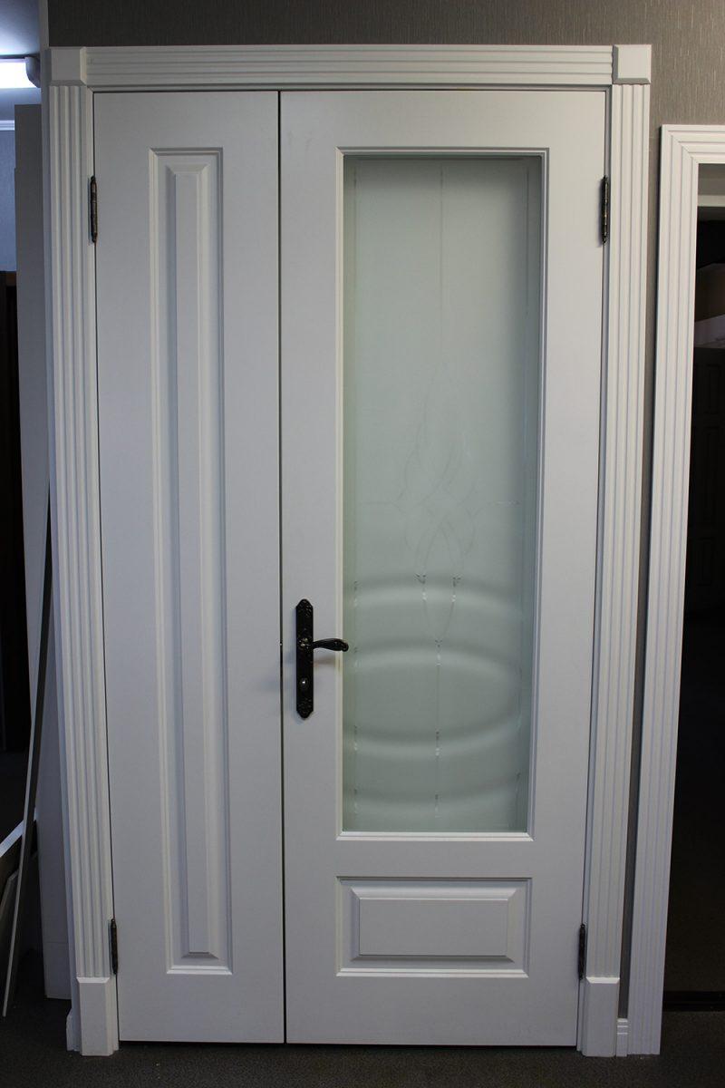 полуторная белая дверь со стеклом фото
