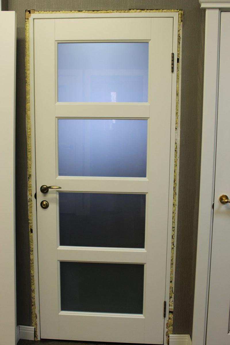 белая дверь со стеклом фото в процессе установки