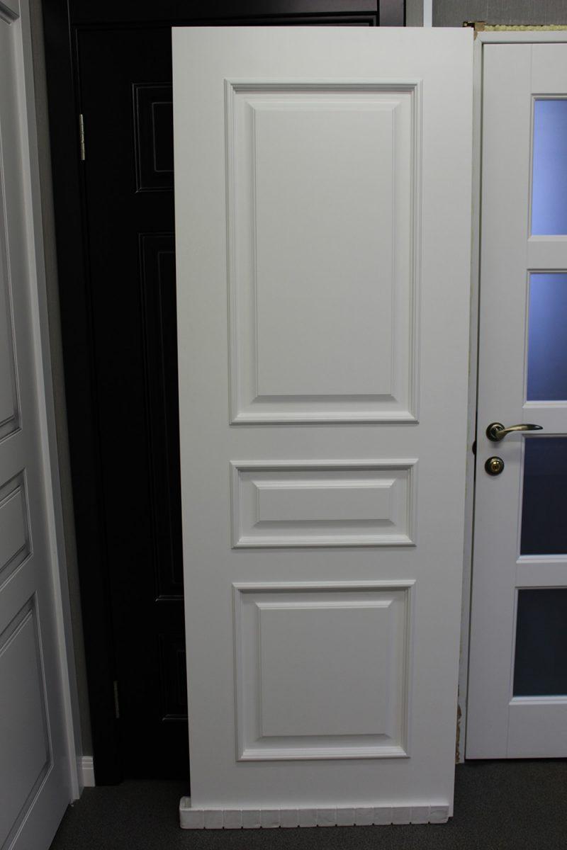 фото Турин с багетом белая дверь