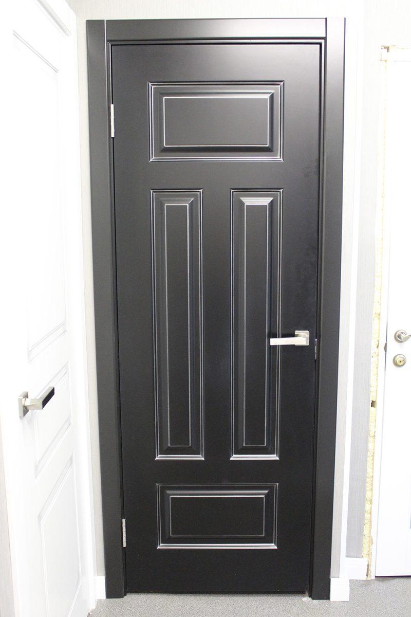 черная дверь с патиной серебро