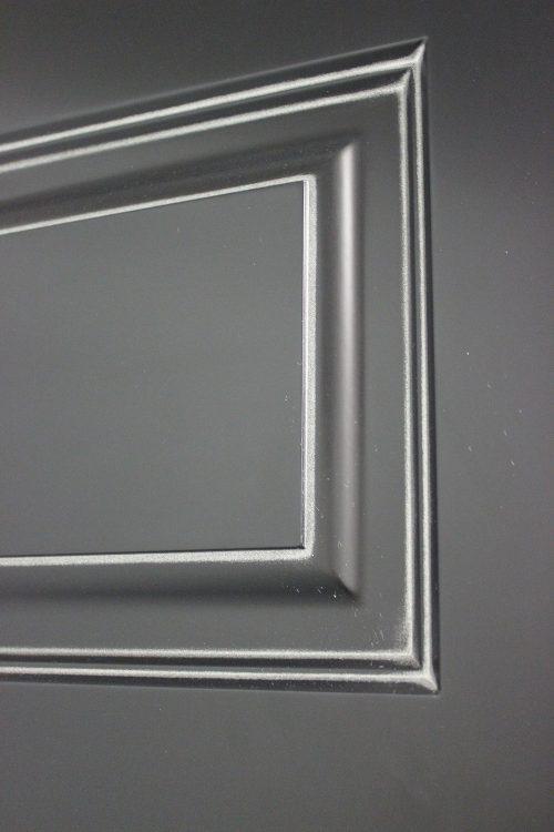 черная дверь с патиной