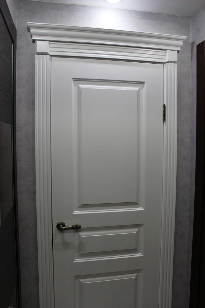 классическая крашенная дверь цвет белый