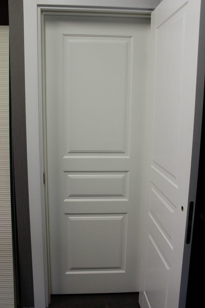 фото белой двери Турин