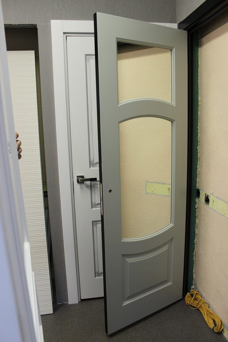 белая дверь со стеклом прозрачным