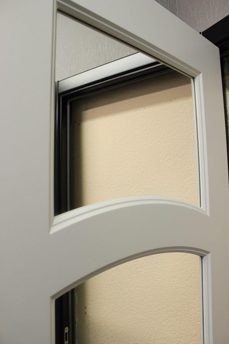 белая дверь со стеклом фрагмент