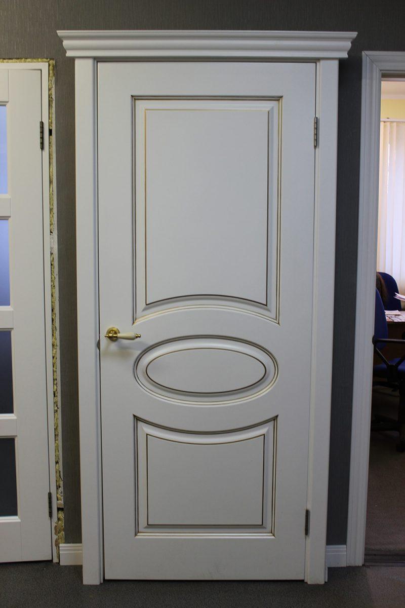 классическая белая дверь с патиной и карнизом