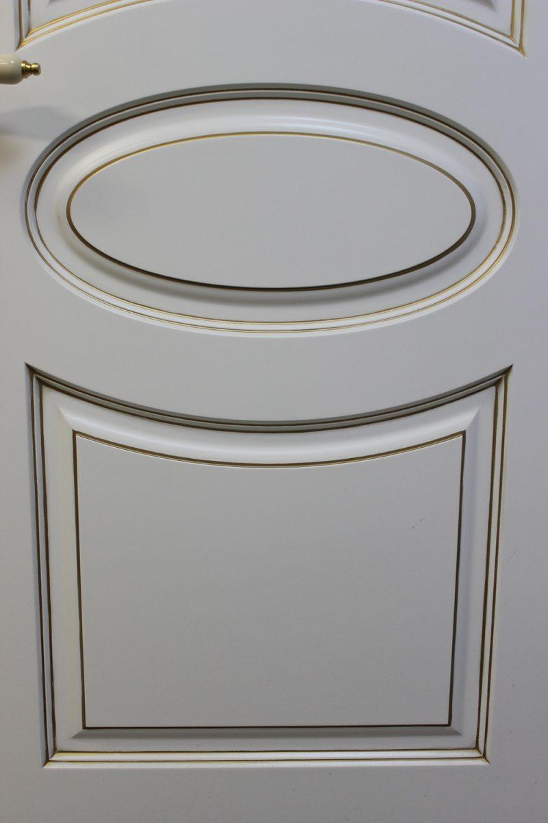 белая дверь с патиной фрагмент