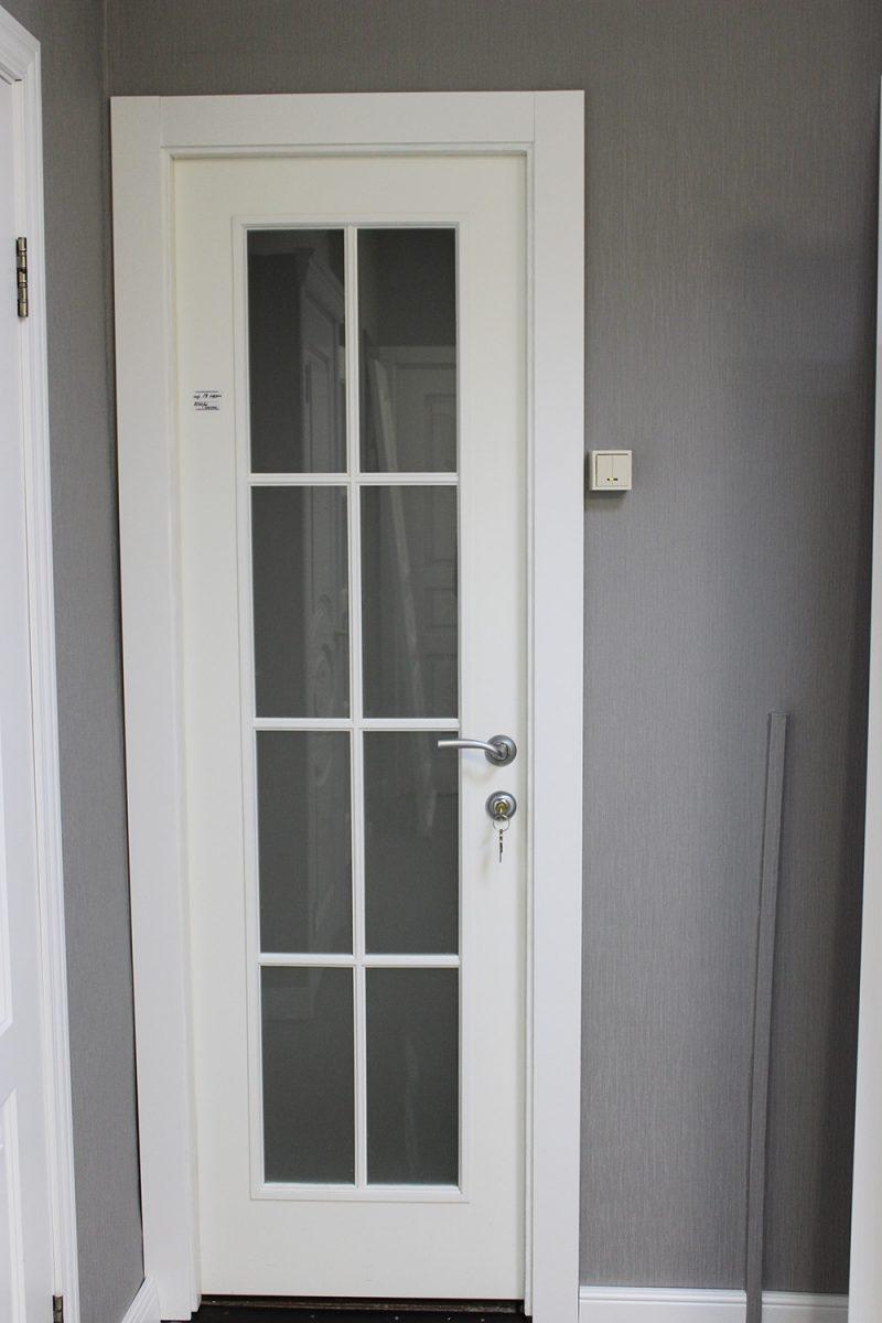 белая дверь со стеклом решетка