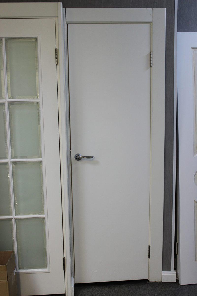 белая дверь минимализм