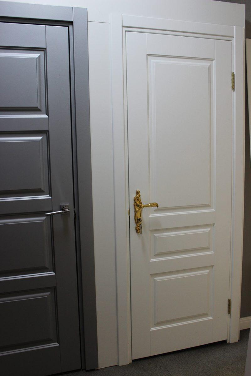 классическая дверь с ручкой на планке фото