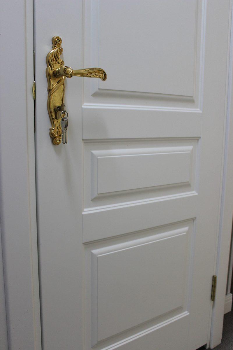 классическая дверь в белом цвете фото