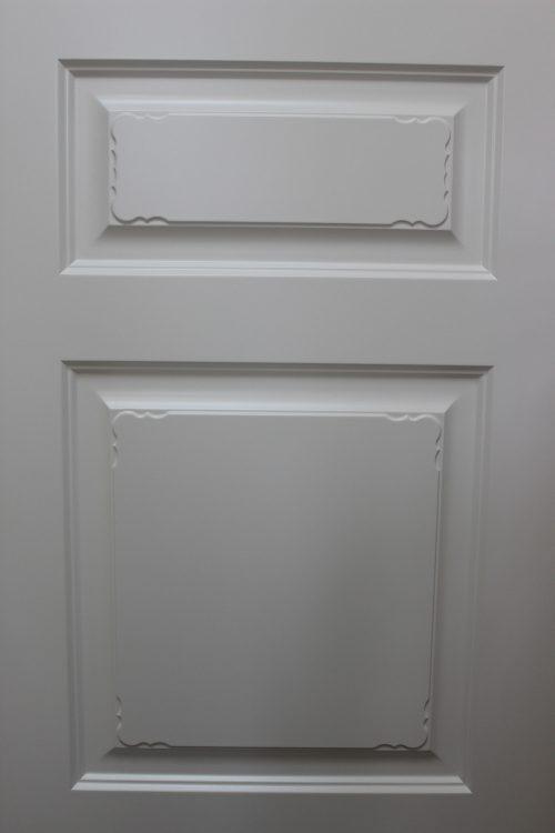белая дверь с узором
