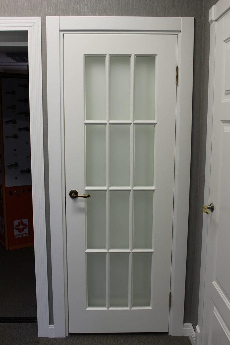 белая дверь порта с решеткой, стекло прозрачное