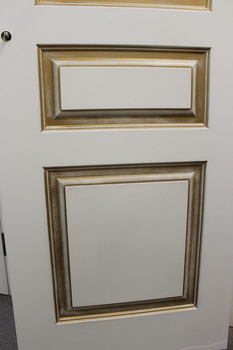 белая дверь с патиной золото фрагмент