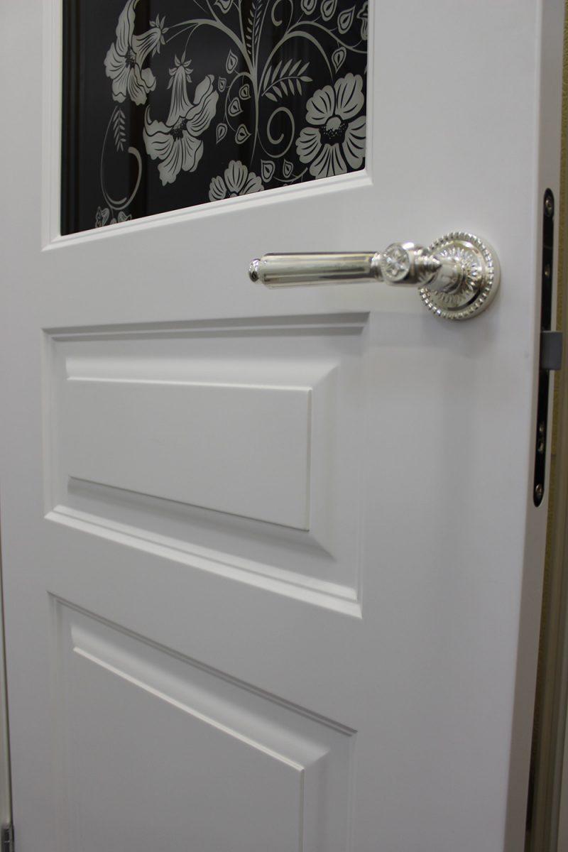 ручка на белой двери