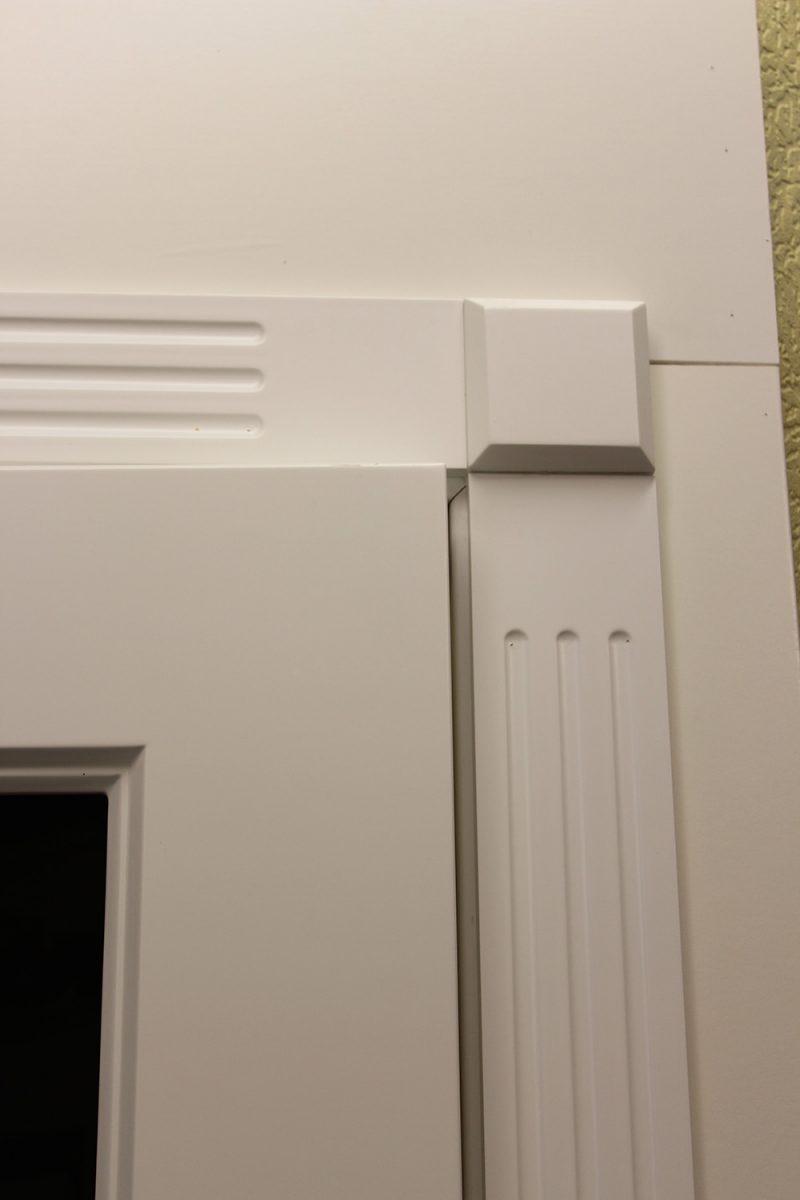 фрагмент белой двери