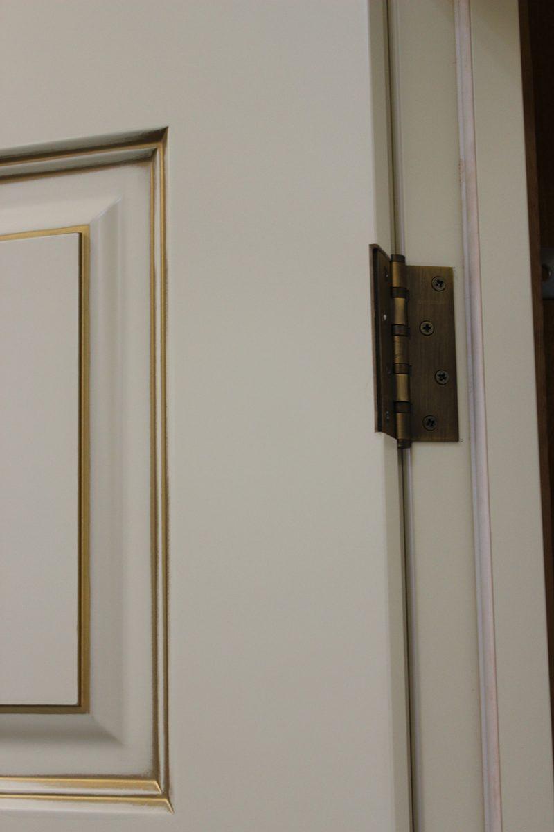 петли на белых дверях фото