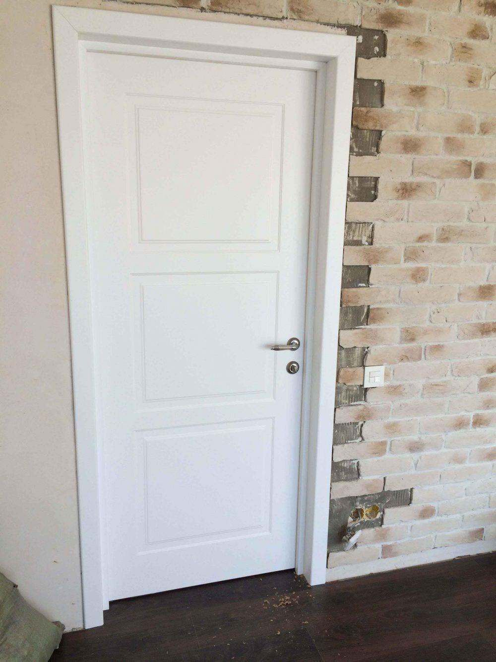 белая дверь в скандинавском стиле