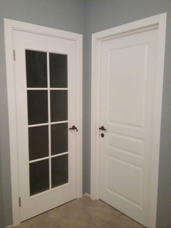 межкомнатные белые двери со стеклом и глухие в скандинавском стиле