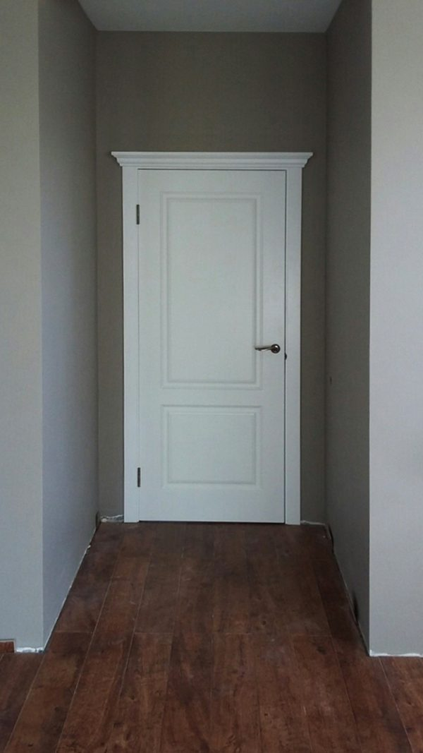 межкомнатная белая дверь с капителью