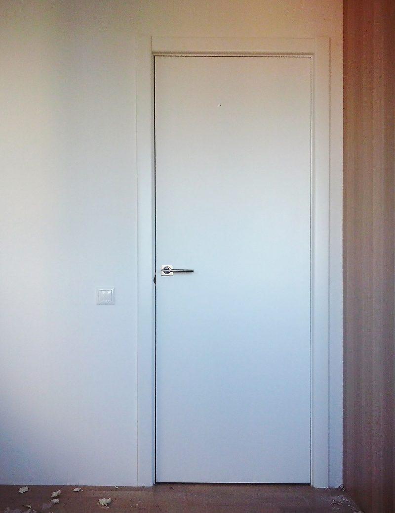 межкомнатная белая дверь гладкая без рисунка фото