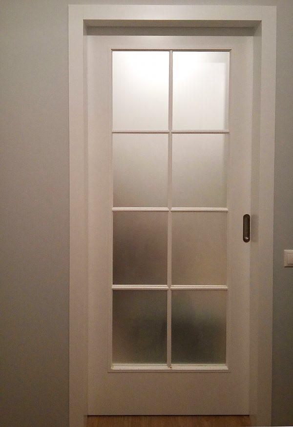межкомнатная белая раздвижная со стеклом дверь в скандинавском стиле