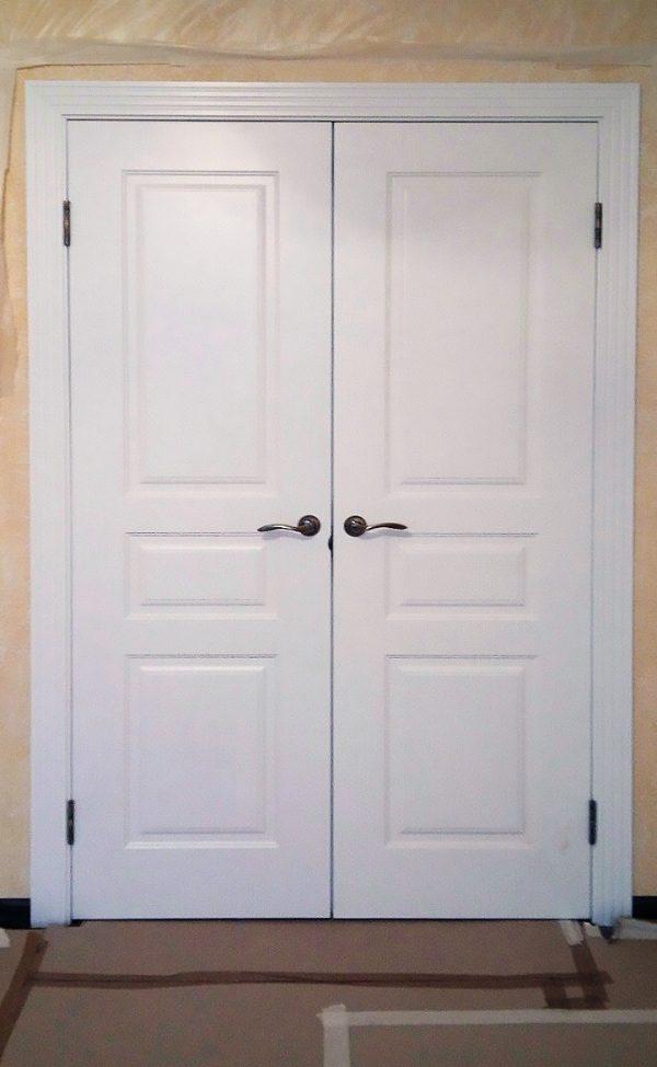 двойная распашная белая дверь в скандинавском стиле