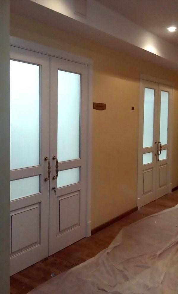 белые двойные двери со стеклом фото
