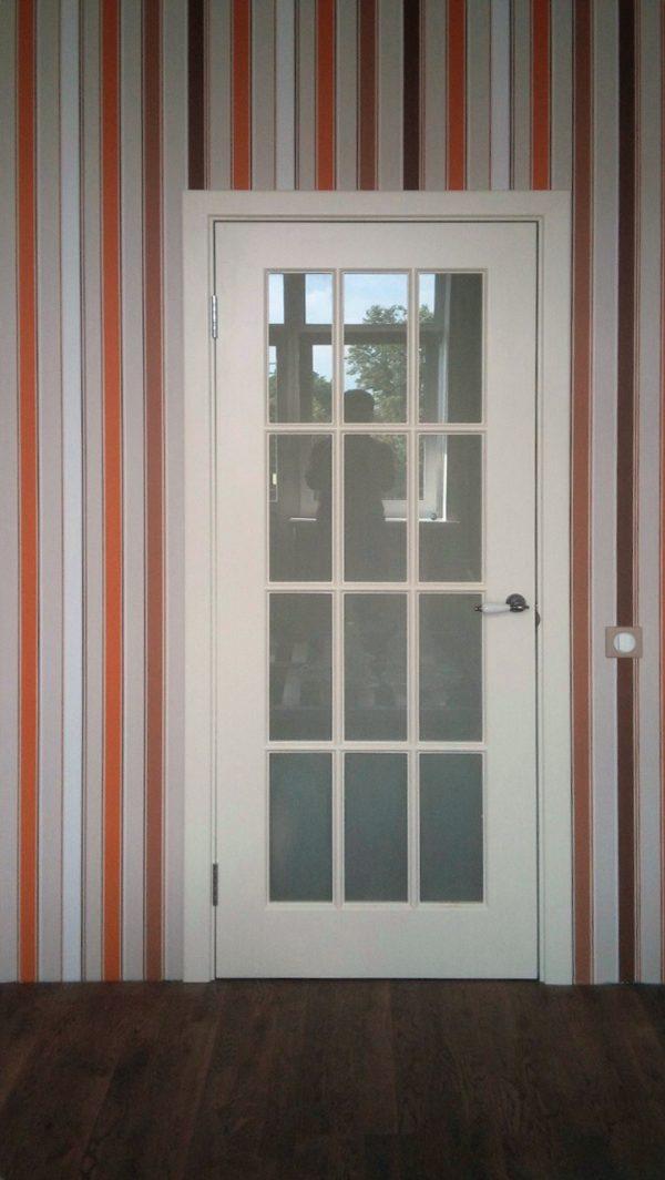 межкомнатная белая дверь со стеклом в скандинавском стиле