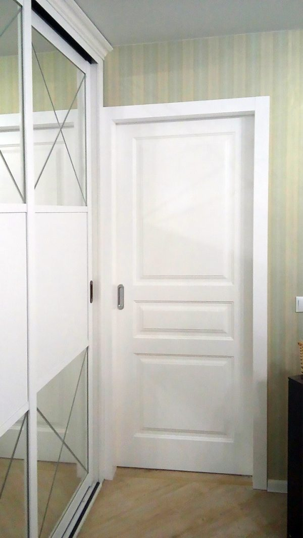 межкомнатная белая дверь и белый шкаф