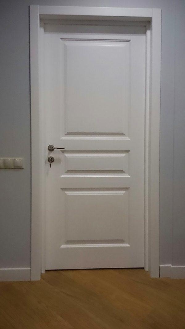 белая межкомнатная дверь в скандинавском интерьере