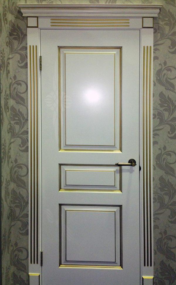 белая межкомнатная дверь с патиной золото фото