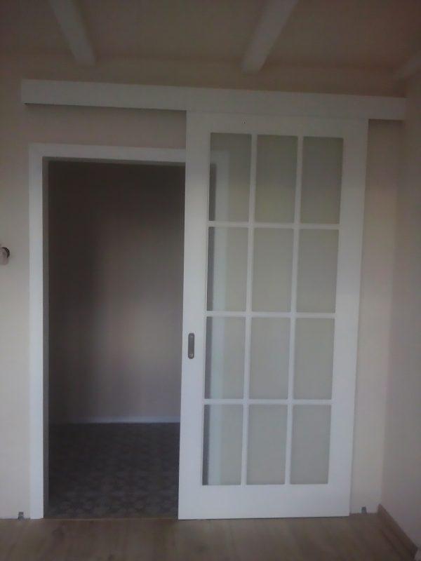 белая межкомнатная раздвижная дверь с обрамлением проема фото