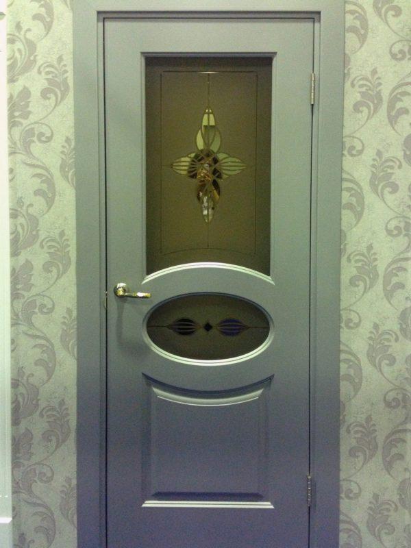 серая межкомнатная дверь со стеклом фото
