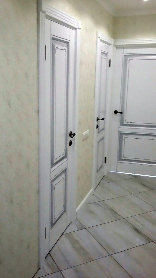 межкомнатные белые двери с патиной серебро