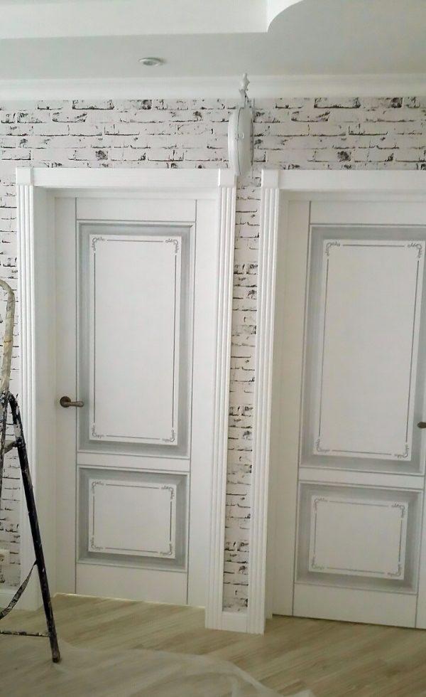 межкомнатные белые двери с патиной в интерьере фото