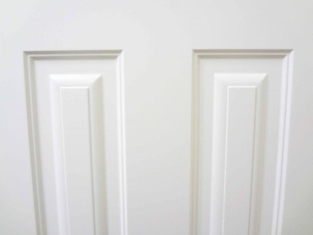фрагмент белой двери эмаль