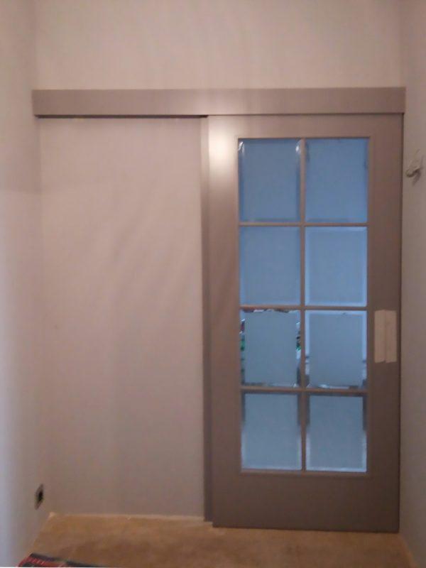 раздвижная серая дверь с фацетом