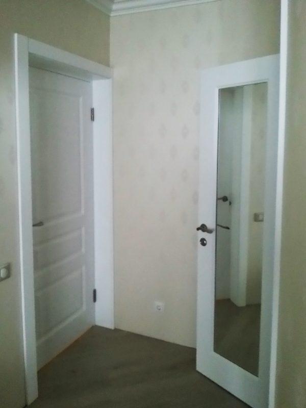 межкомнатные белые двери с зеркалом