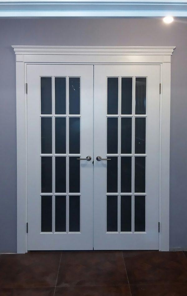межкомнатные белые двери двойные в зал с карнизом