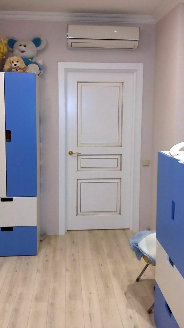 межкомнатная белая дверь Турин с золотой патиной фото