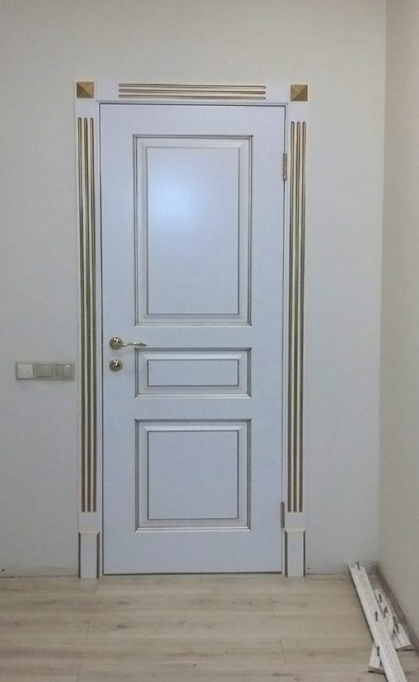 межкомнатная белая дверь с золотой патиной фото