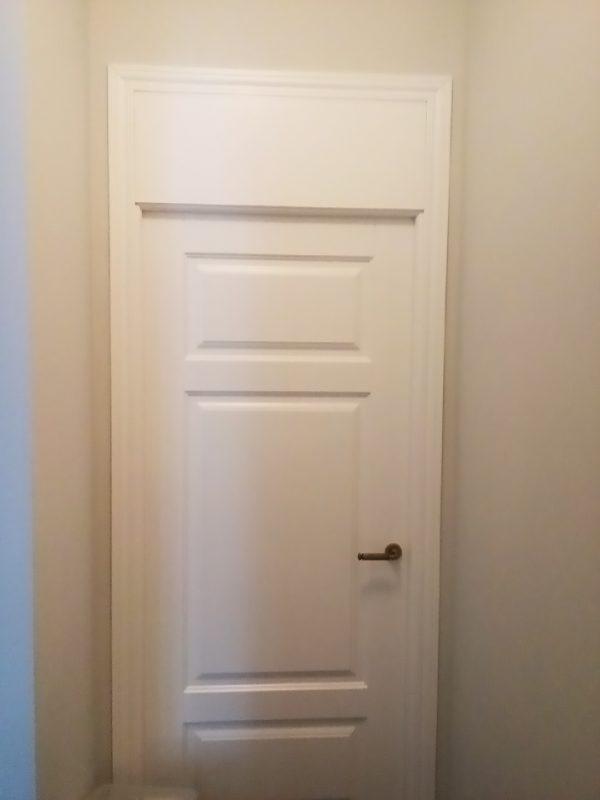 межкомнатная белая дверь с фрамугой
