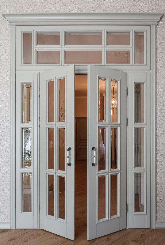 классическая дверь с фрамугой двойная в зал фото